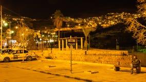 Roulez au sol le parking près de la ville de PETRA dans la nuit Photographie stock