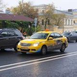 Roulez au sol sur la rue d'Ohotniy Riad à un centre de Moscou Images stock