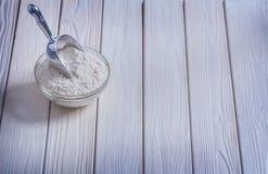 Roulez avec de la farine et le scoop sur les conseils en bois peints photographie stock