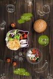 Roulez avec de la salade fraîche de ressort se tenant sur la table Photographie stock libre de droits