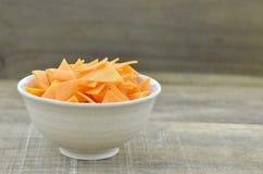 Roulez avec des carottes de tranches de triangle sur en bois, rustique Photos stock