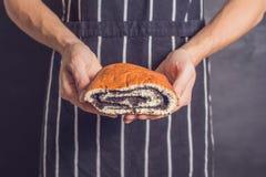 Roulez avec des clous de girofle dans les mains d'un boulanger photo libre de droits