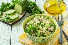 Roulez avec des graines de couscous, de concombre, de persil et de tournesol Photographie stock