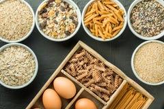 Roulez avec des hydrates de carbone et les oeufs entiers sains, kamut, graines, avoine, riz brun, spaghetti Images libres de droits
