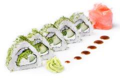 Roulez avec des morceaux de concombre et de fromage de Philadelphie D'isolement Petit pain de sushi tourné sur un fond blanc Nour Images stock
