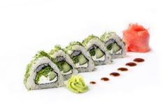 Roulez avec des morceaux de concombre et de fromage de Philadelphie D'isolement Petit pain de sushi tourné sur un fond blanc Nour Images libres de droits