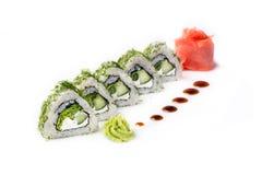 Roulez avec des morceaux de concombre et de fromage de Philadelphie D'isolement Petit pain de sushi tourné sur un fond blanc Nour Image libre de droits