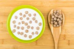 Roulez avec du yaourt et le son de seigle et la cuillère expulsés de bambou Image stock