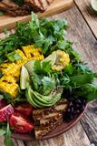 Roulez avec l'abocado et les légumes colorés, repas sain de vegan photo stock