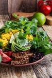 Roulez avec l'abocado et les légumes colorés, repas sain de vegan photo libre de droits