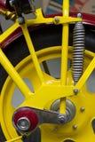 Roulez avec l'amortisseur d'une vieille moto Image libre de droits