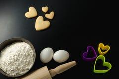 Roulez avec la farine de blé, la goupille, les oeufs et les coupeurs de biscuit Photographie stock