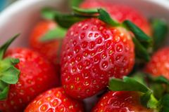 Roulez avec la fraise fraîche sur la table en bois bleue Images libres de droits