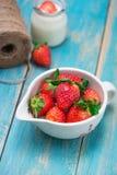 Roulez avec la fraise fraîche sur la table en bois bleue Photos libres de droits