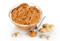 Roulez avec le beurre et les arachides d'arachide d'isolement sur le fond blanc photo libre de droits