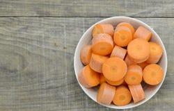 Roulez avec les carottes coupées profondément sur le fond en bois photos stock