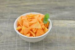 Roulez avec les carottes de tranches de triangle et la menthe sur en bois, plan rapproché Photographie stock libre de droits