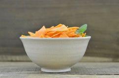 Roulez avec les carottes et la menthe de tranches de triangle sur en bois, rustique Images stock