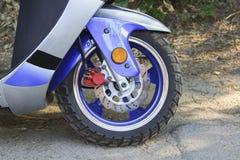 roulez et les freins d'un plan rapproché de moto Photographie stock
