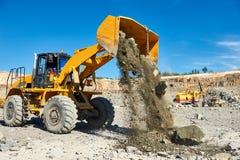 Roulez l'excavatrice de chargeur à la mine à ciel ouvert de granit ou de minerai de fer Image stock