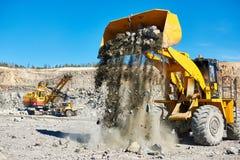 Roulez l'excavatrice de chargeur à la mine à ciel ouvert de granit ou de minerai de fer Photo stock