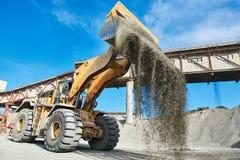 Roulez le granit ou le minerai de chargement de chargeur à l'installation de triage Images libres de droits
