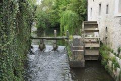 Roulez le moulin à eau dans le château de Strassoldo, Friuli, Italie Photos stock