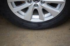 Roulez le pneu, le pneu de voiture, le pneu de véhicule, le pneu et la jante, fin vers le haut de pneu noir de roue sur la terre Photographie stock libre de droits