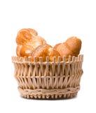 Roulis cuits au four frais dans un panier sur le blanc Image libre de droits