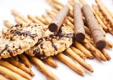 Roulis de biscuit et de disque de chocolat sucré Images libres de droits