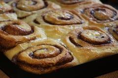 Roulis de cannelle cuits au four Photo libre de droits