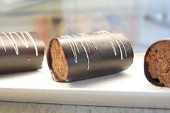 Roulis de chocolat dans l'affichage de gâteau Image libre de droits