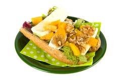 Roulis de pain avec du fromage français de la plaque verte images libres de droits