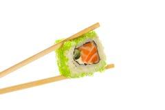 Roulis de sushi avec des baguettes Photo stock