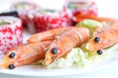 Roulis de sushi avec des crevettes Photo stock