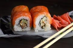 Roulis de sushi avec des saumons Image libre de droits
