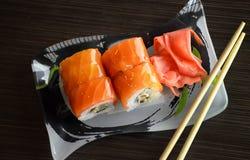 Roulis de sushi avec des saumons Photo stock