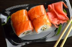 Roulis de sushi avec des saumons Photos stock