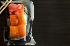 Roulis de sushi avec des saumons Images libres de droits