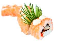 Roulis de sushi avec les saumons, l'anguille et le concombre Photographie stock libre de droits