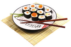 Roulis de sushi d'une plaque blanche Photo stock