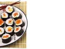 Roulis de sushi d'une plaque blanche Image stock