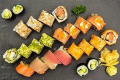 Roulis de sushi d'une plaque noire Photo libre de droits