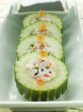 Roulis de sushi de concombre avec des écrevisses et une immersion de soja Photos libres de droits