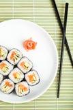 Roulis de sushi de la plaque. Première vue Photographie stock libre de droits