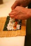 Roulis de sushi de roulement de chef Image stock