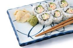 Roulis de sushi pêché sur le blanc photos libres de droits