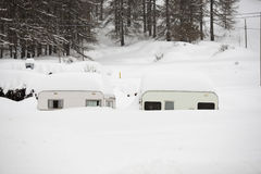Roulotte de caravane de remorque couvert par la neige Photos stock