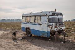 Roulotte, fatta di vecchio bus sovietico arrugginito Immagine Stock