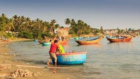 Round łódź rybacka Rusza się Wyrzucać na brzeg facetów Wymienia w Wietnam zbiory